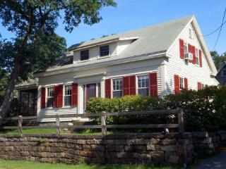 Happy Days Cottage: 4 br/1.5 bath & gorgeous views of cove across the street, Rockport