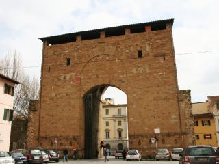 3 bedroom/ 2 bathroom apt in San Frediano/Firenze