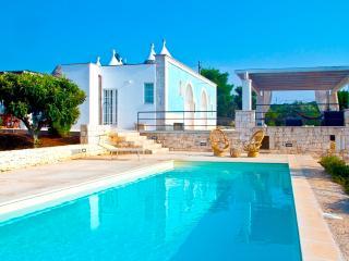 Trulli MaterDomini: villa pool, Martina Franca