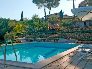 Tuscan apartment in rural setting with easy access to nearby cities, property has private garden and shared pool, Castel San Gimignano