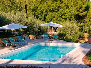 3 bedroom holiday apartment near Tuscan cities, staffed property with outdoor pool, Castel San Gimignano