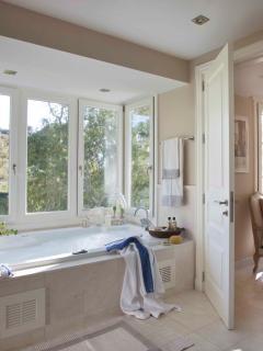 Jacuzzi bath in Master Bathroom