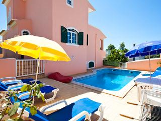 Albufeira 3 bedroom Private Pool Walking Distance to shops ,restaurants andbeach