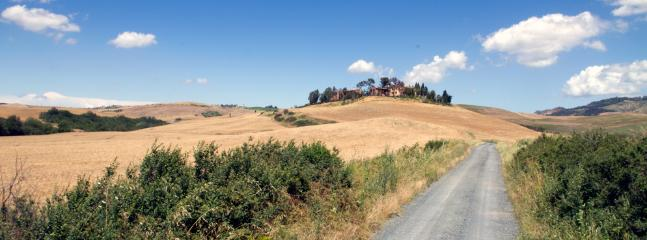 VILLA GIGLIO LAVANDA GELSOMINO TUSCANY FOREVER HILL VIEW FROM THE DISTANCE