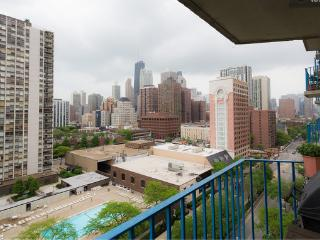 Recently Renovated 2BR Condo in Old Town Chicago - Walk to Lake Michigan!