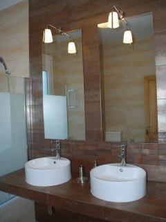 Gran Baño totalmente reformado con bañera, dos lavabos, wc y bidet.