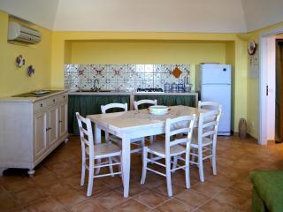 Saggiorno Dammuso Aira - Nel soggiorno è inserito il piano cottura rifinito con piastrelle tipiche