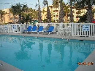1st floor 2BR unit on boulvard in Garden City with Pool! Sleeps 6.