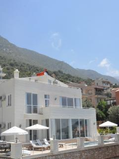 Bright, modern & spacious detached villa with stunning sea & mountain views