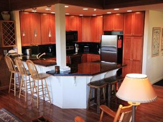 Deluxe, Mountain View Townhome! Private Decks & Washer/Dryer, Walk to Slopes