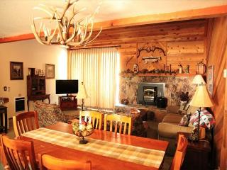 Quaint and Cozy, 2 Bed + Loft, 3 Bath, Walk to Movies, Shopping, Sleeps 9!, Mammoth Lakes