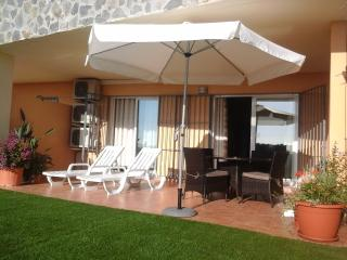 Garden apartment with sea view in Don Juan 3.
