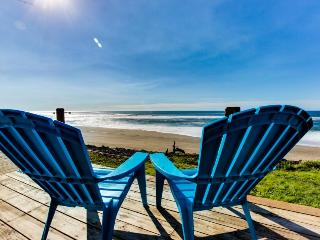 Cozy oceanfront & dog-friendly cottage w/ great views & a private hot tub!, Gleneden Beach
