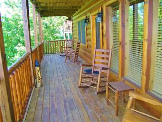 Relax at Bear Down Retreat! Upscale 4BR Smoky Mountain Cabin w/Private Hot Tub & Game Room, Sevierville