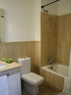 Bathroom 1 (with bath)