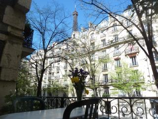 Charming Spacious Studio w/View of Eiffel Tower!