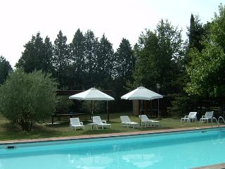Large Tuscan farmhouse apartment in beautiful Cortona countryside, four bedrooms, pool access