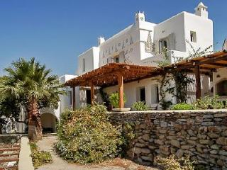Sea view Magic Garden boasts a tranquil courtyard garden with pool & pergola, Ciudad de Míkonos