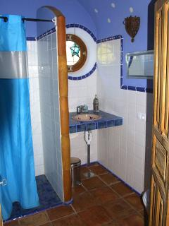 Shared bathroom for the two twin bedrooms