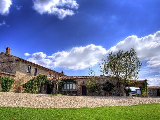 Tuscan farmhouse rental offers wonderful pool, terrace and garden, Castiglione D'Orcia