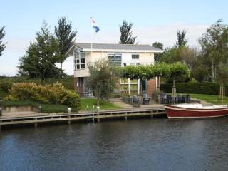 Luxe Villa Lisdodde 2 at the waterfront, launchboat, Workum