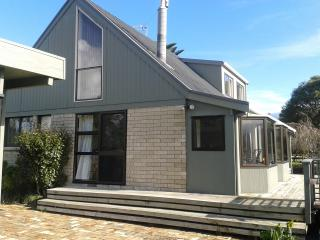 Large Kiwi Cottage near stunning NZ bush., Waihi