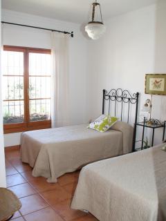 Dormitorio doble con armario empotrado y aire acondicionado (frío/calor).