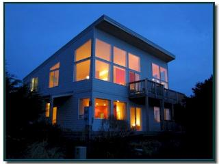 Beautiful modern oceanfront home with room for 8!, Florence