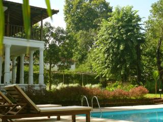Sunbathe, relax under the parasols beside the swimming pool. Refreshing drinks can be served to you.