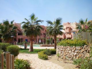 Jardín común con piscina