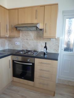 Fully fitted kitchen with gas hob & electric oven
