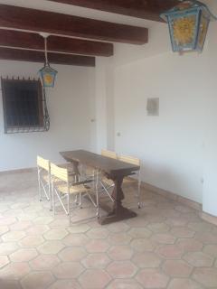 area pranzo esterna sotto al porticato presente in giardino