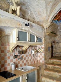 cucina con piano cottura, dotata di tutti gli utensili, frigorifero/frizer