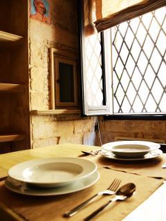 sala pranzo con tavolo e 4 sedie