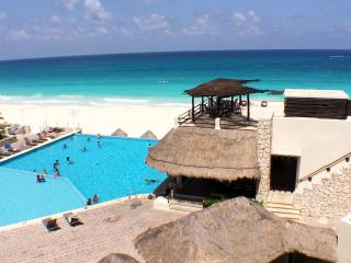 Right on the beach close to everything!, Cancun