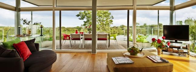 Magnificent lake views from the 2nd floor open plan living ( all day sunshine)