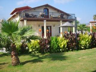 5 bedroom villa private pool and jacuzzi  free aircon and wifi close to centre