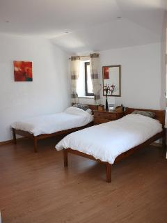 Twin bedroom, light and spacious with a wardrobe and two chests of drawers