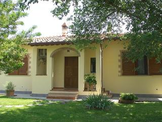 CHARMING COTTAGE NEAR CORTONA, GARDEN, DINING PATIO, OLIVE GROVE, AC,WiFI
