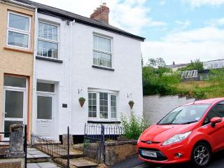 LAVENDER COTTAGE, coastal village location, woodburner, front and rear garden areas, in Ferryside, Ref 29568