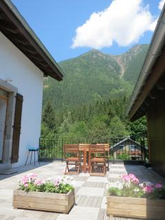 The terrace with table and view of Aiguilles Rouges