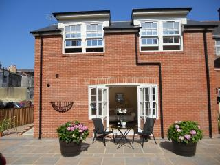 Luxury Mews House in Tranquil Courtyard, 5 mins. from Ryde Beaches