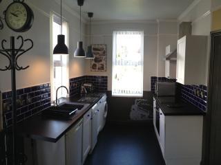Brunel Apartment 2 kitchen