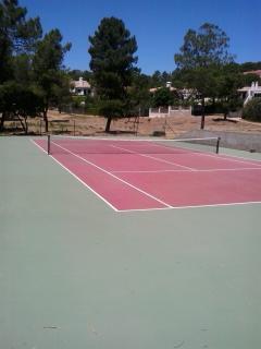 Pista de tenis comunitaria a su disposición