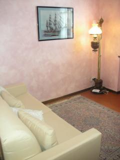 salottino con divano letto matrimoniale abbinato  a suite matrimoniale 'rosa'