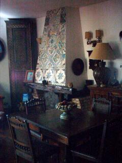 camino e tavolo da pranzo del salone