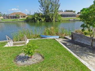 Spacious home on a canal with a dock and Tiki Hut , sit by the water and watch Turtles, Otters and small Fish pass by..., Cape Coral