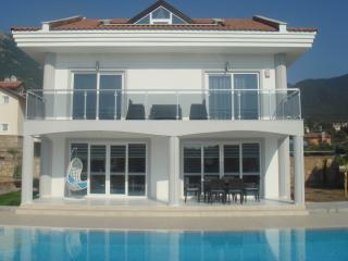 Contemporary and luxurious 4 bed villa (registered and compliant with new regs)
