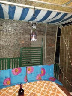 terrazza o solarium con tavolo e sedie,dove poter pranzare e cenare all'aria aperta.Barbecue