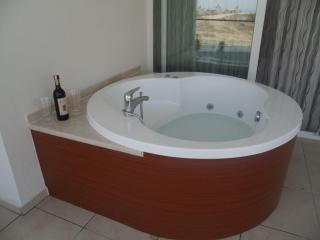 Jacuzzi on the balcony, perfect at cocktail time